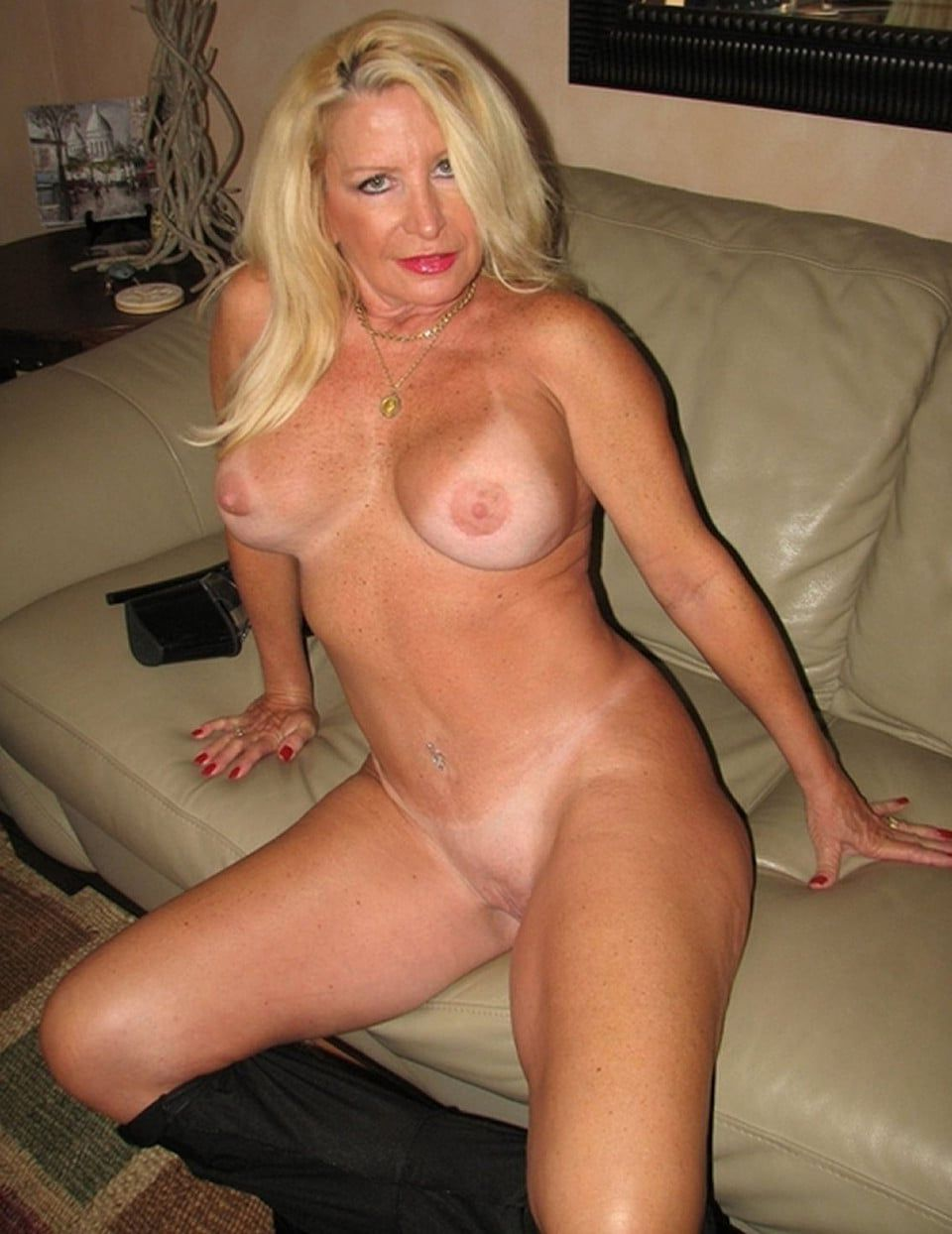 amatuer friends mom naked