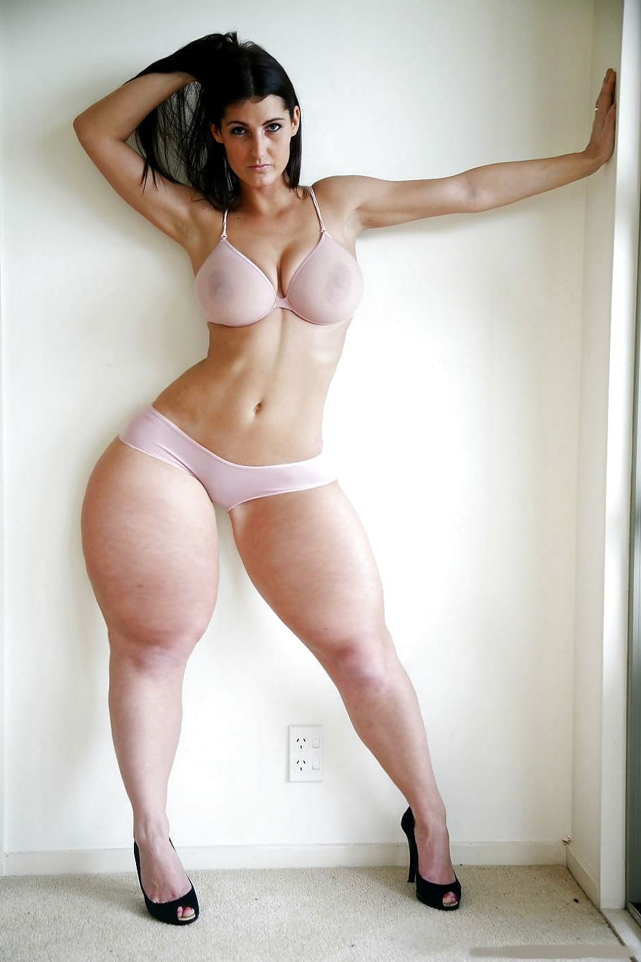 nude lady with big thighs