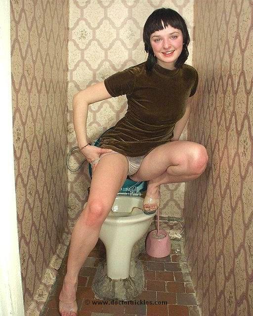 мужик начал раздевать свою девушку в туалете
